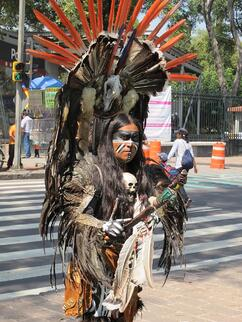 An image of a streetperformer dressed in native gear on the streets of Polanco.