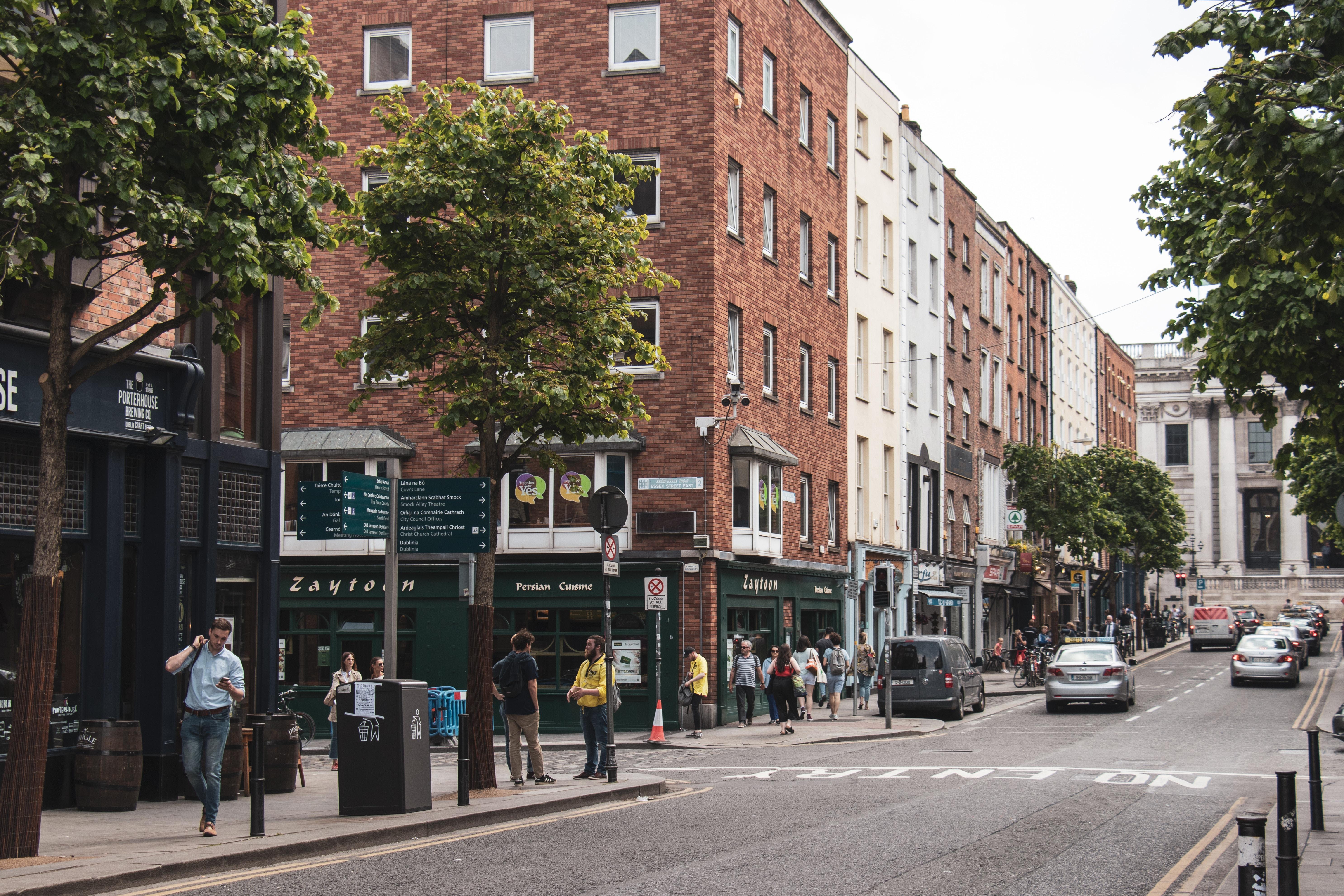 Image of expats walking around Dublin