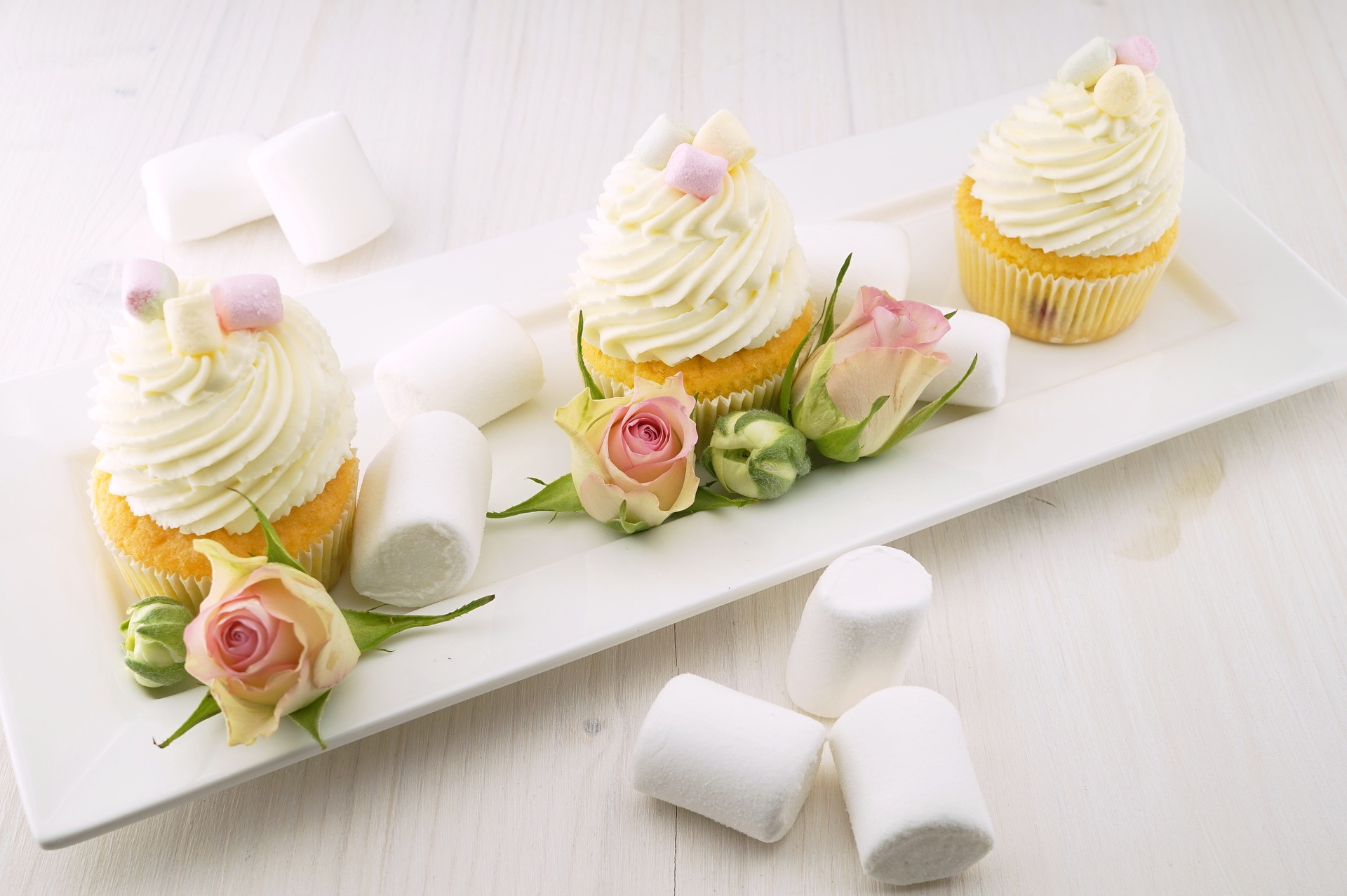 Image of sweets and flowers, an appropriate gift in Japan
